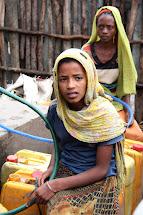Ženy a děti často musí ujít mnoho kilometrů, aby obstaraly pitnou vodu pro svou rodinu. (Foto: Monika Ticháčková)