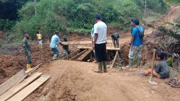 Guyup-rukun dalam  Giat Perbaiki Jembatan Rusak di TMMD Kodim Tapsel
