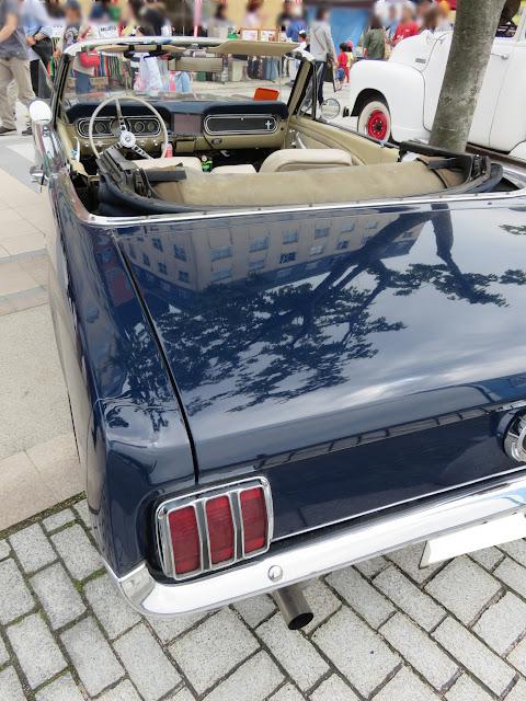 フォードマスタングコンバーチブル-後ろ斜めから-2