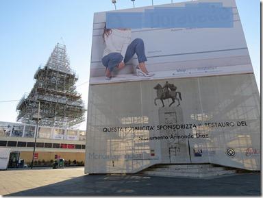 Monumento Diaz nascosto dalla pubblicità