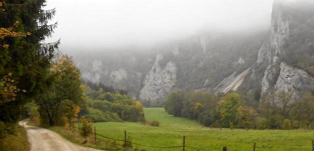 Oberes Donautal zwischen Beuron und Fridingen im herbstlichen Morgen-Nebel