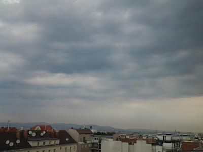 Das Wetter in Wien-Favoriten am 25.07.2015 - Ende der Hitzewelle!  Es wir heute wohl der 10. Tag in Folge, an dem die Temperatur über die 30 Grad Marke steigt mit bis zu 32 Grad. Auch die vergangene Nacht war wieder eine tropische mit 23.9°C. Es wir heute allerdings nicht mehr beständig, denn von Westen kommt im Laufe des Tages eine Kaltfront und bringt mit Schauern und Gewittern kühlere Luft mit. Schon jetzt um 8:00 Uhr liegen Reste nächtlicher Gewitter über Wien und sorgen sogar für ein paar Regentropfen bei aktuellen 24.5°C. Der Taupunkt von 19.8°C zeigt deutlich wie schwül es derzeit ist.  Weitere Informationen zum Sturmtief Zeljko und Wetter Impressionen: http://weatherman68.info/2015/07/25/das-wetter-in-wien-favoriten-am-25-07-2015-ende-der-hitze/  #wetter #wien #favoriten #wetterwerte #hitzewelle #sommer2015