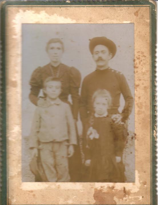 Orecchia Tulame - il gestore del porto - con moglie e 2 figli