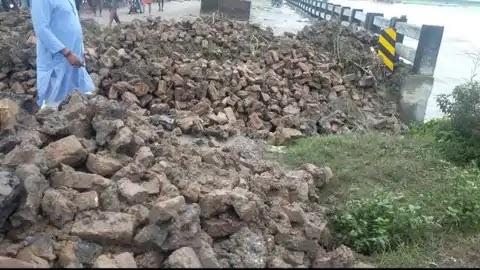 गोपालगंज में एक और महासेतु के एप्रोच पथ में आई दरार, सीएम नीतीश ने किया था उद्घाटन