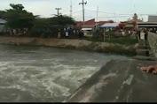 """Seorang Pria Loncat dari Atas Jembatan KW 5 Karawang , """" Lalu Tenggelam & Belum Diketemukan """""""