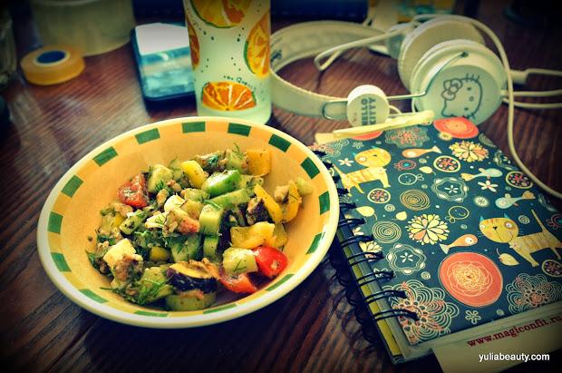 салат с овощами, яйцом и песто