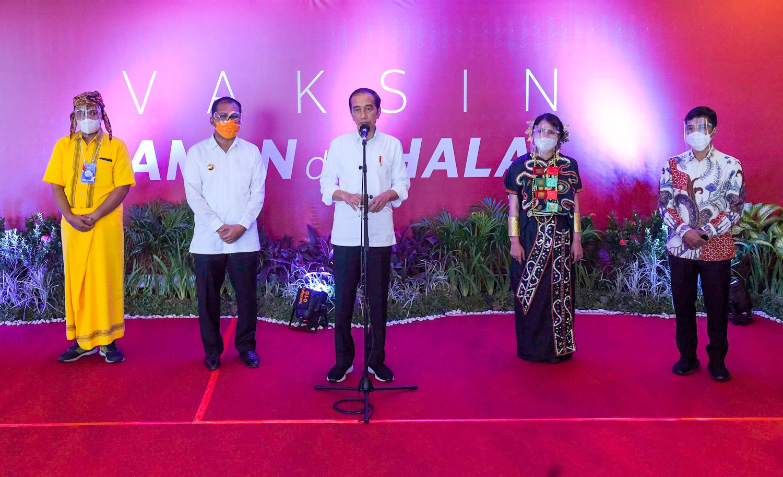 Presiden Jokowi Tinjau Vaksinasi Massal COVID-19 Bagi Guru di Makassar