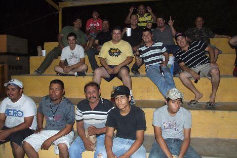 Público en el softbol nocturno