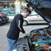 Álvaro - Rellenando el agua del limpiaparabrisas - Autoescuelas Vial Masters.jpeg
