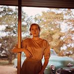 jonge vrouw in bruin voor een auto