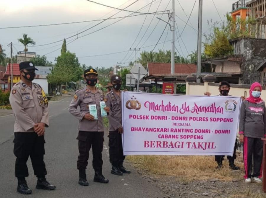 Momen Puasa Ramadhan, Personil Polsek Donri dan Bhayangkari Berbagi Takjil