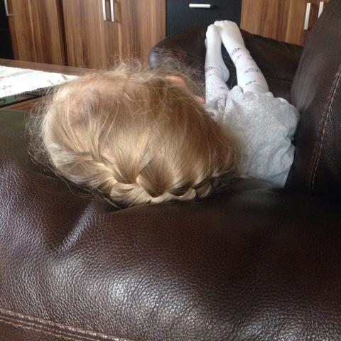 Kind schläft auf Couch