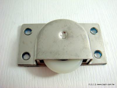 裝潢五金品名:338-3-後坎式V輪挖孔尺寸:寸15材質:白鐵載重:40KG功能:可適用#0108軌道玖品五金