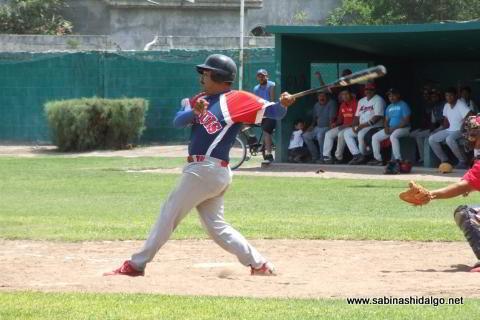 Leonardo Garza bateando por Yaquis en el beisbol municipal