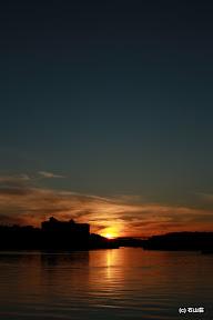 2011/11/26の夕日です。場所は地図をご参照ください。ちょっとずれてますが、時期により本当に橋の真ん中に夕日が落ち綺麗です。