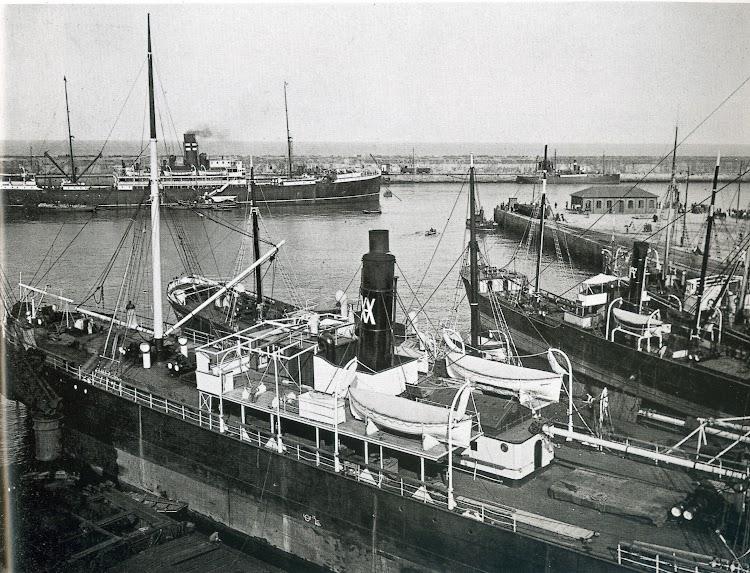 El vapor BARCELONA saliendo de Gijón. Ca. 1920. Foto del libro Gijón. Visión y Memoria Portuaria.jpg