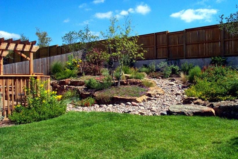 Muro di sostegno per terrazzo giardini giardino in for Conifere da giardino