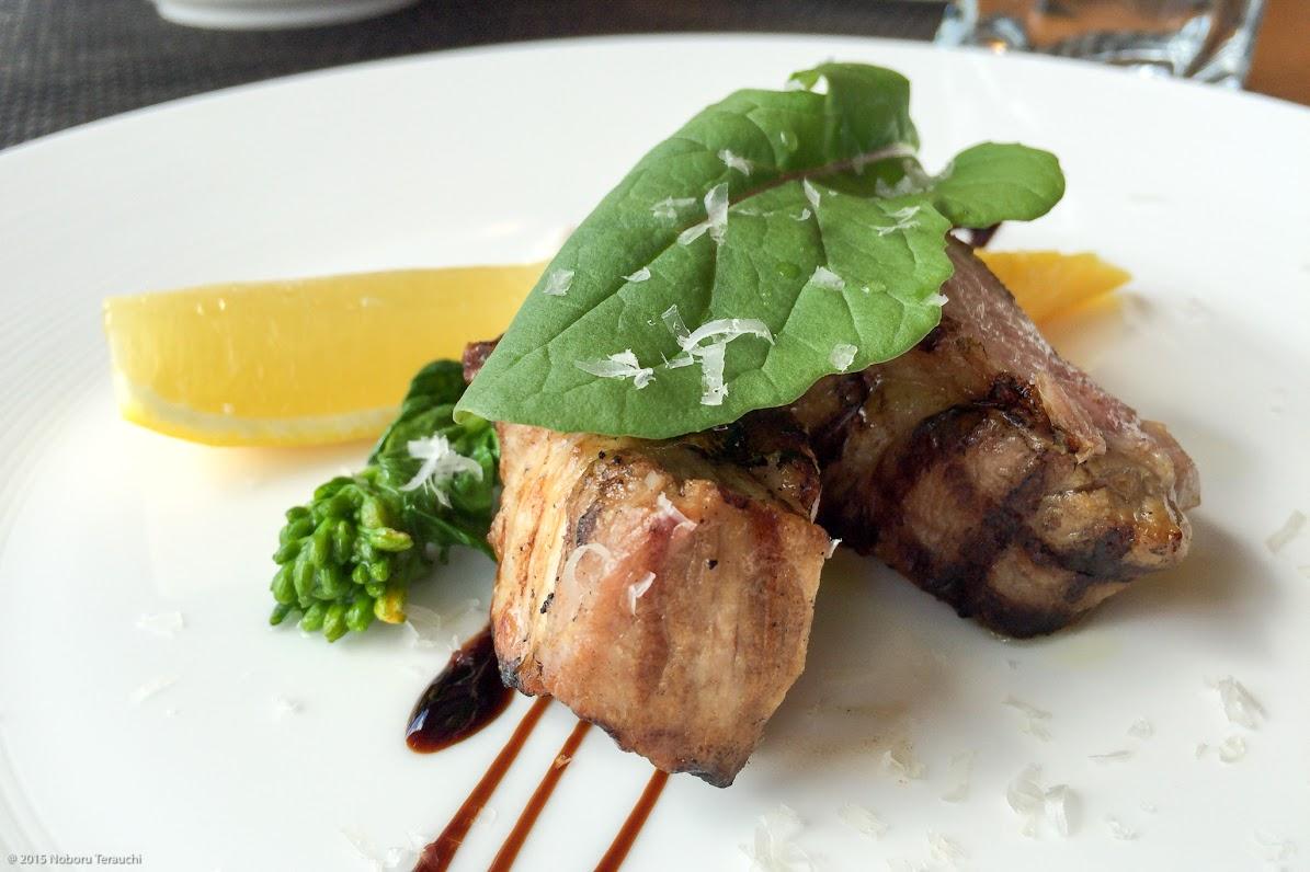 メインディッシュ:イベリコ豚の塩漬けのグリル、バルサミコ酢ソース 、付け合せはイエローキャロット、ルッコラ、菜の花