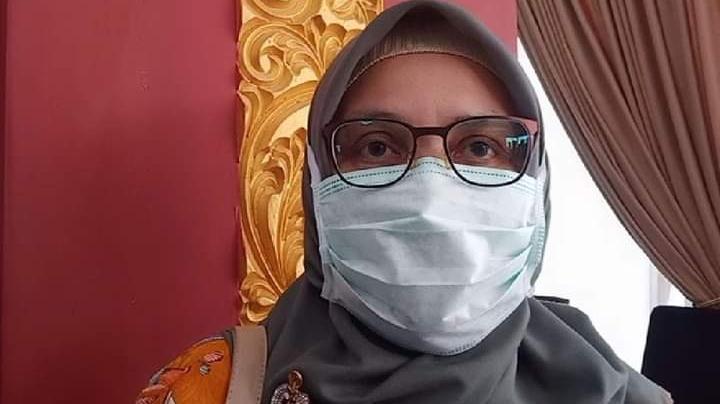 Foto Feri Mulyani. Tunggu Hasil Swab, Karyawan Rumah Makan Disarankan Supaya Tidak Bekerja.
