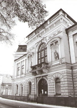 Photo: Pohľad na budovu mestského domu. Ide o historickú budovu, ktorá bola postavená v rokoch 1875 - 1880. Budova mestského domu prešla mnohými úpravami.