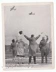 Welcoming the flying grocers | Ontvangst der vliegende kruideniers. Fotokaart Tweede wereldoorlog. 1945