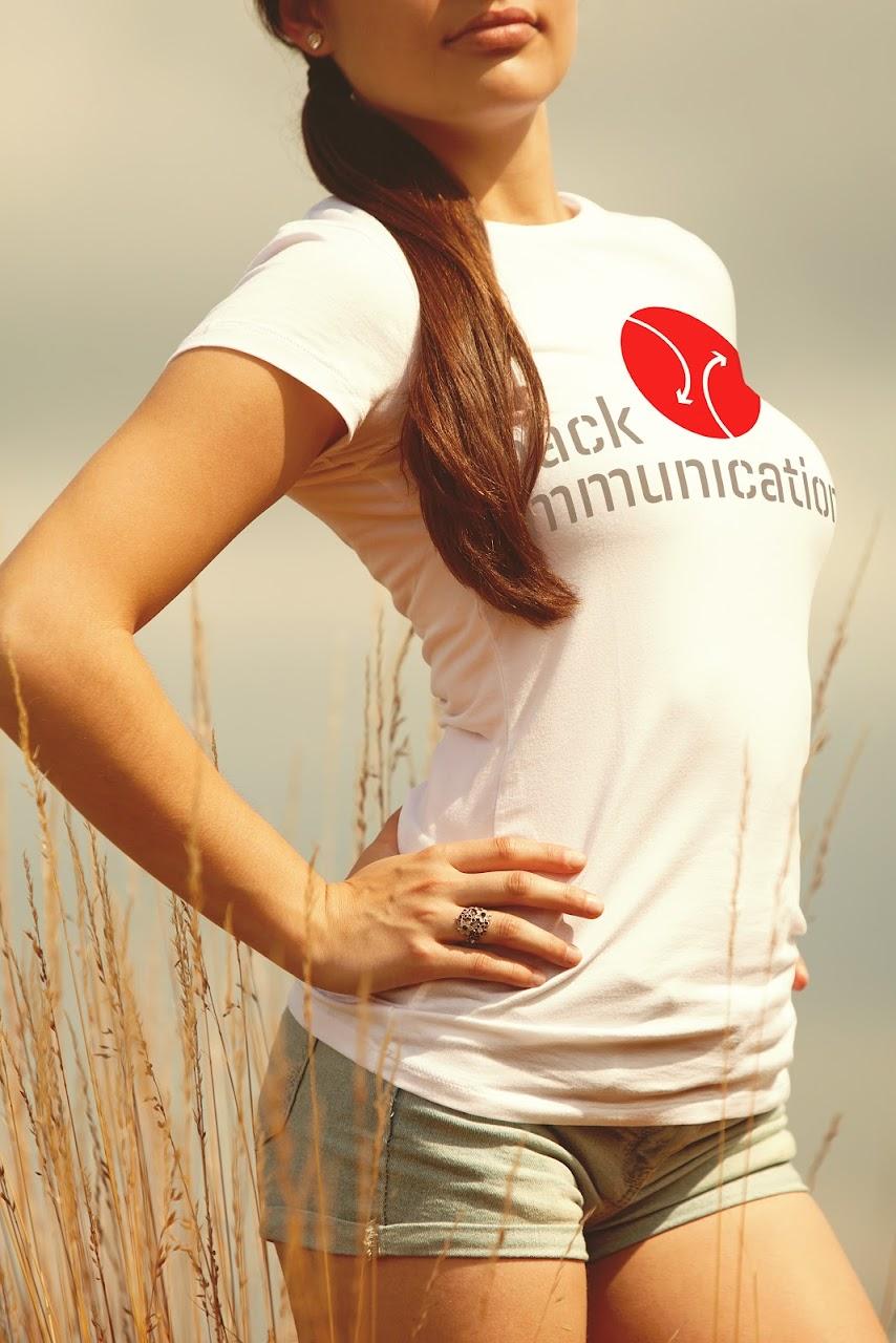 nghệ thuật trình bày ấn tượng logo trên quần áo nữ trắng và dịch vụ web video Sài Gòn thietke_dot_work mỹ thuật làm thiện cảm nhãn hiệu