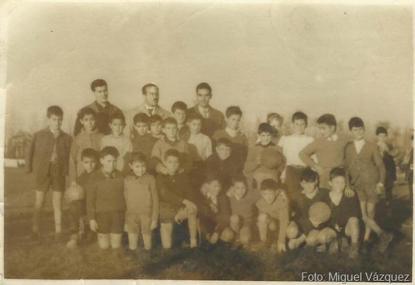 3.-Alumnos con D.Sabino y D Heliodoro con un grupo de  alumnos- foto Miguel Vazquez de pie 1º de la izquierda_resize