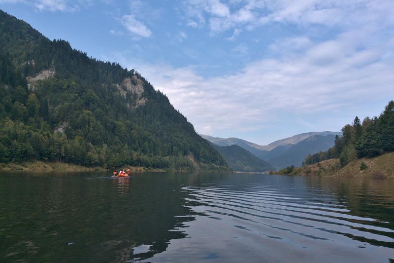 Una din cele mai faine probe de caiac din toate Proparkurile de pana acum, cu un lac supra-plin, cu creste in jur si cu cascade in departare.