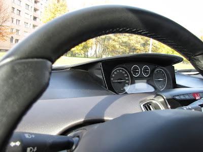 Lancia Ypsilon EcoChic. Kierownica obszyta skórą, gustowne zegary...
