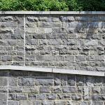 9 – Muren in gekantrechte breuksteen met dekstenen