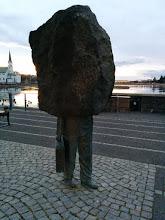 Photo: L'art islandais ... ou un homme qui ne sait pas jouer à cache-cache