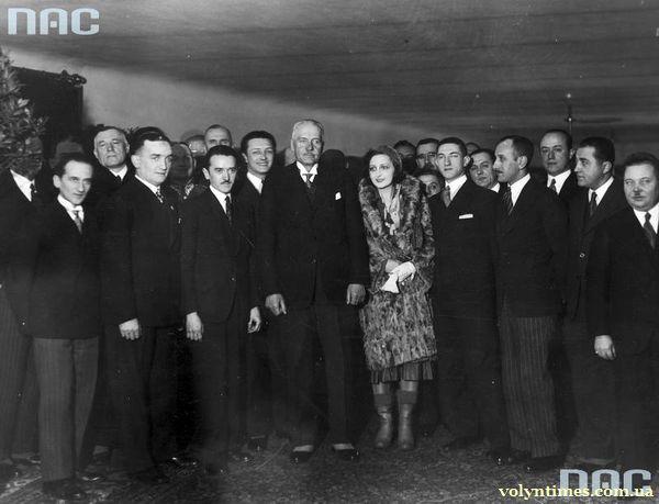 """Henryk Warsa (6-ий зліва) поряд з Президентом Польщі Ignacy Mościcki (4-й зліва) на прем'єрі фільму """" Szyb L-23 """" у Варшаві"""