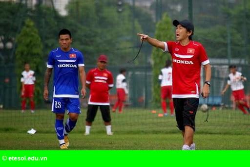 Hình 1: Đội tuyển bóng đá Việt Nam: Vừa chạy vừa xếp hàng