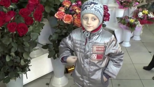 Мальчик в цветочном магазине