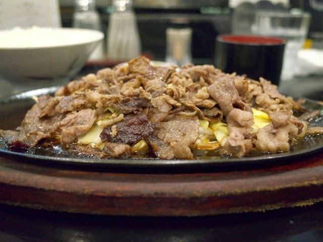 焼肉定食を横から見ると、山のようにコンモリ盛り上がってる。