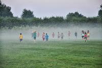 Die Kinder verschwinden im Nebel.
