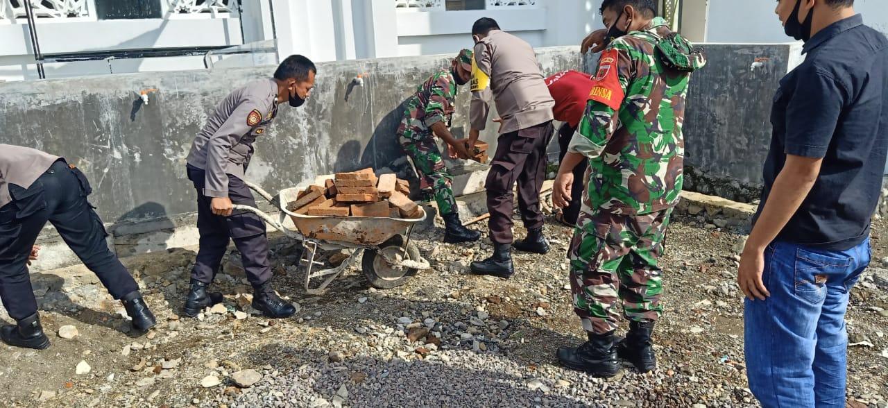 Polsek Marioriwawo Kompak Tripika Gelar Kerja Bakti Bersihkan Masjid