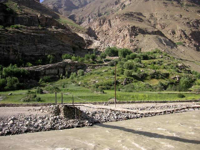 Entrée du vallon de Sangou Dara, Est de Khorog (Pamir occidental), 2325 m, 6 juillet 2008. Photo : Jean-Marie Desse