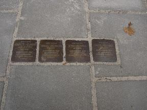 Waldeckstraat 4 Stolpersteine voor Israel Heijmans, Sallie Heijmans, Henriette Heijmans-van Zuiden en Jetty Heijmans.