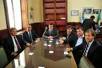 La Cámara de Diputados de la Provincia de Buenos Aires, presidida por Horacio González, sancionó hoy la ley que instaura el mecanismo de negociación colectiva en mesa de paritarias para los 135 municipios bonaerenses, y que beneficiará a unos 120 mil trabajadores comunales.