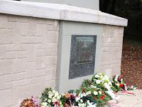 23 Az emlékezés és tisztelet koszorúi a Madách-síremlék előtt.jpg