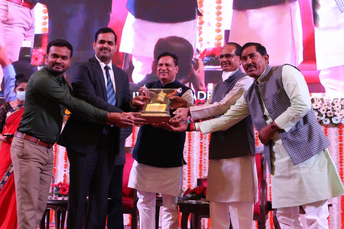 Jhabua News- उत्कृष्ट लोक सेवाएँ देने पर कलेक्टर रोहित सिंह मुख्यमंत्री द्वारा सम्मानित