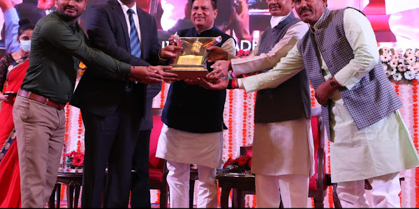 उत्कृष्ट लोक सेवाएँ देने पर कलेक्टर रोहित सिंह मुख्यमंत्री द्वारा सम्मानित
