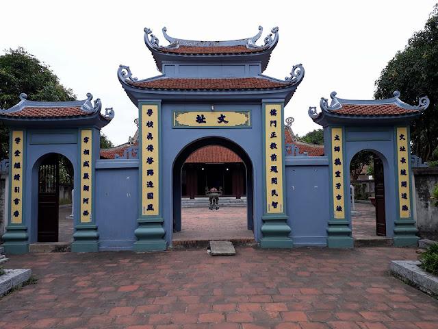 Đền Đô nằm ở làng Đình Bảng, xã Đình Bảng, thị xã Từ Sơn, tỉnh Bắc Ninh