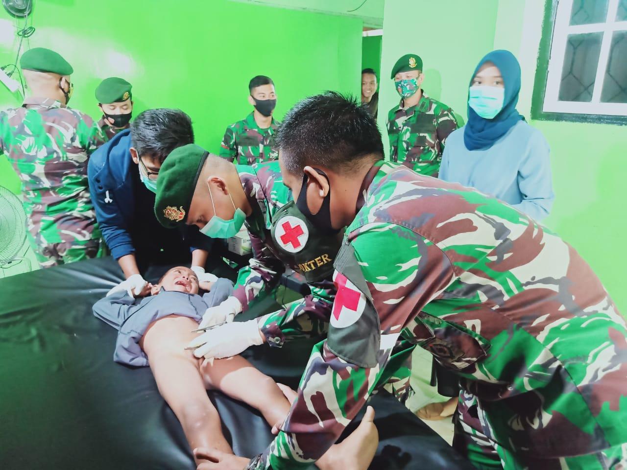 HUT TNI Ke-75 Satgas Yonarmed 9 Kostrad Gelar Khitanan Gratis Di Halmahera Utara