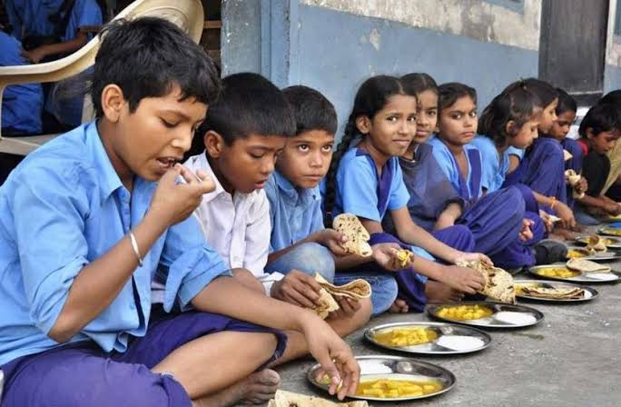 आजमगढ़: बकाया मानदेय को रसोइयों ने प्रदर्शन कर डीएम को ज्ञापन सौपा
