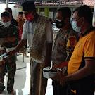 Satgas Desa Kapetakan bersama TNI Polri Bagikan Masker Kepada Jama'ah Sholat Jum'at