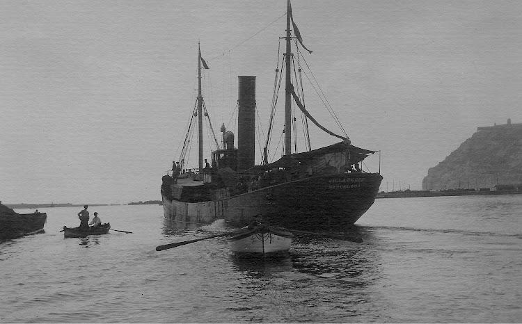 Vapor pesquero VILLA DE CEE en Barcelona. Ca. 1915. Foto Jaume Cifre Sanchez. Nuestro agradecimiento.jpg