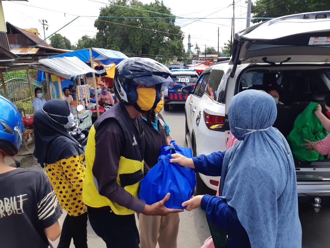 Ketua Bhayangkari Cabang Soppeng Bersama Pengurus Berbagi Sembako Jelang Idul Fitri