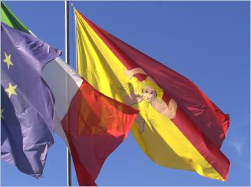 Die Flaggen von Sizilien, Italien und Europa